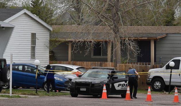 Una agente de policía en el parque de viviendas móviles donde se produjo el tiroteo en