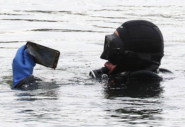 10일 오후 서울 서초구 반포한강공원 수상택시 승강장 인근에서 민간 잠수부들이 고(故) 손정민씨 친구 A씨의 휴대폰 수색 작업을 하고