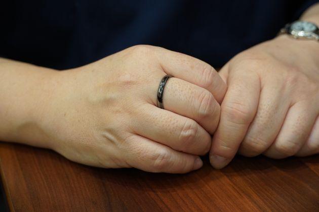 インタビューに応じる堀かおるさん。右手中指の黒い指輪は、アセクシュアルのシンボルとされる