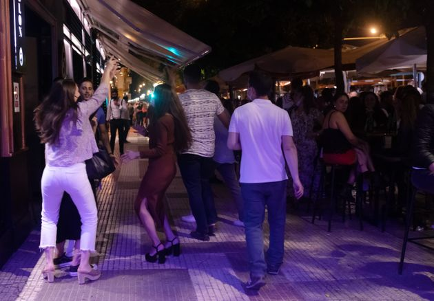 Personas aglomeradas en Sevilla tras el fin del estado de
