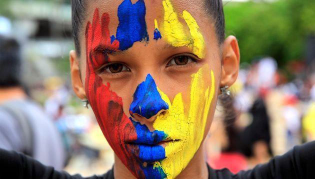 Una joven protesta en Medellín, Colombia, contra el presidente Iván