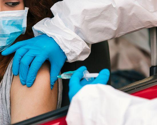 Iniettate per errore 6 dosi di vaccino Pfizer a una 23enne: indagini all'ospedale di