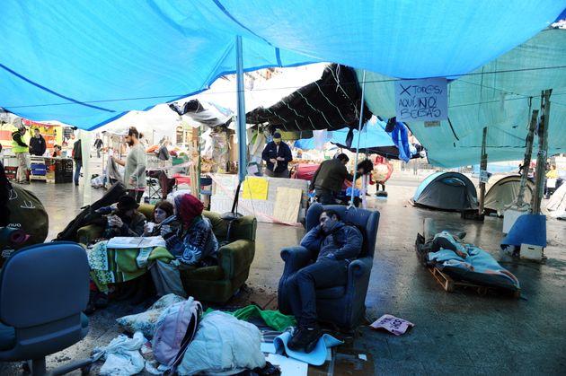 Algunos activistas descansando en el campamento de la Puerta del