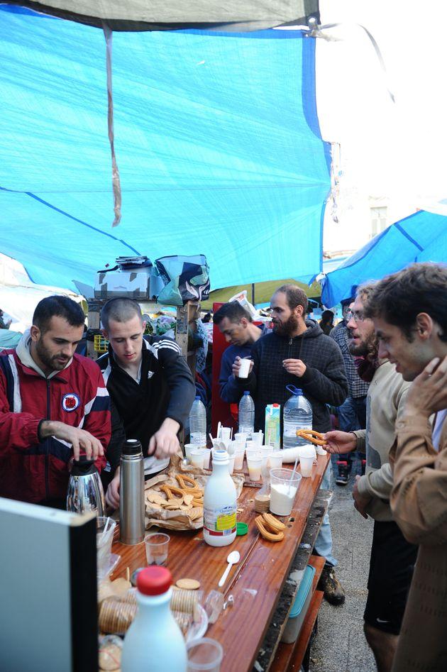 La comisión de alimentación repartiendo desayuno en la Puerta del