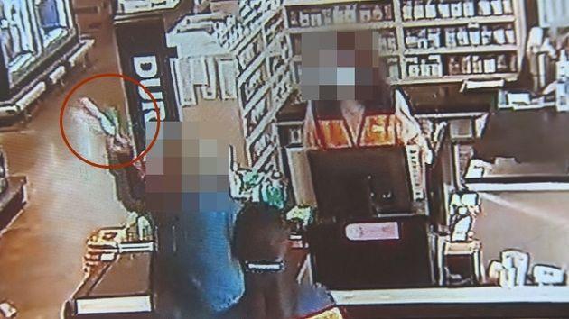 마스크 써달라는 직원 요청에 아이스크림을 던진 손님이 경찰에 입건됐다. KBS뉴스가 공개한 해당 마트 CCTV