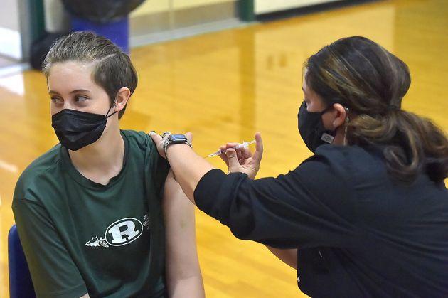 ΗΠΑ: Επεκτάθηκε στους έφηβους 12-15 ετών η άδεια επείγουσας χρήσης εμβολίου