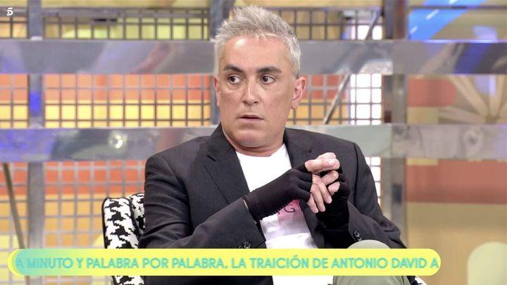 Kiko Hernández con guantes negros en 'Sálvame'.
