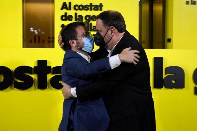 Pere Aragonès (izq) abraza a Oriol Junqueras en la noche electoral del 14 de febrero, en Barcelona