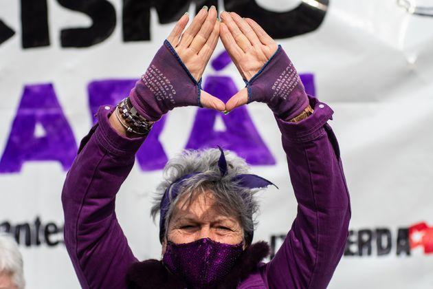 Una mujer se manifiesta durante el Día Internacional de la