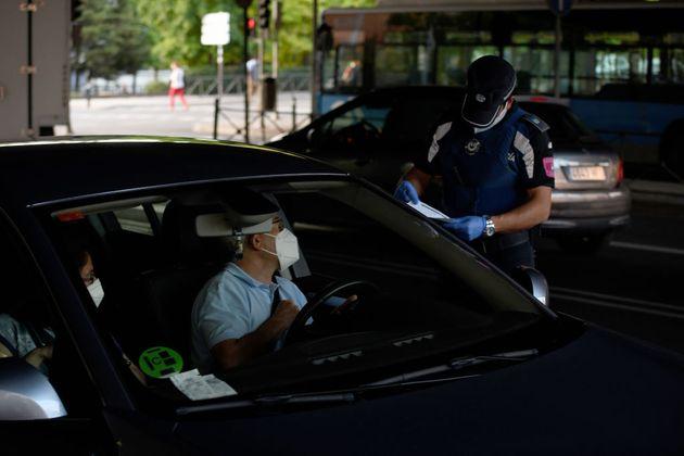 Un agente prepara una multa contra un conductor en