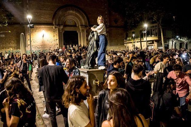 Un grupo de personas celebra el fin del estado de