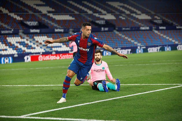 El jugador del Levante, Sergio León, celebra el tercer gol en presencia del defensa del Barcelona, Gerard