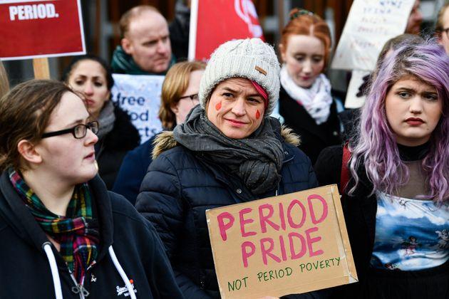 生理用品の無償配布を求める法案を支持する人々(2020年2月25日、スコットランド)