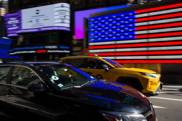 Un conductor de Uber conduce por una calle de Nueva