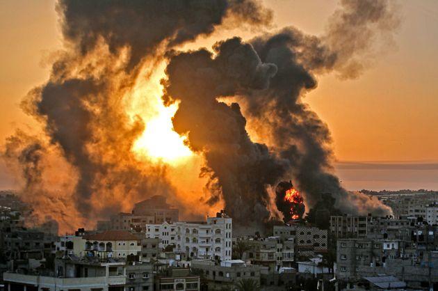 Amanecer en Khan Yunish, Gaza, con el fuego y el humo de los bombardeos de la