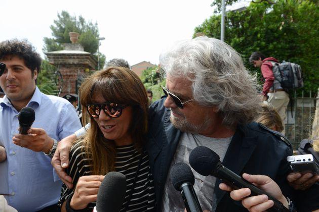 25/05/2014 Genova, Beppe Grillo raggiunge il suo seggio elettorale con la moglie Parvin