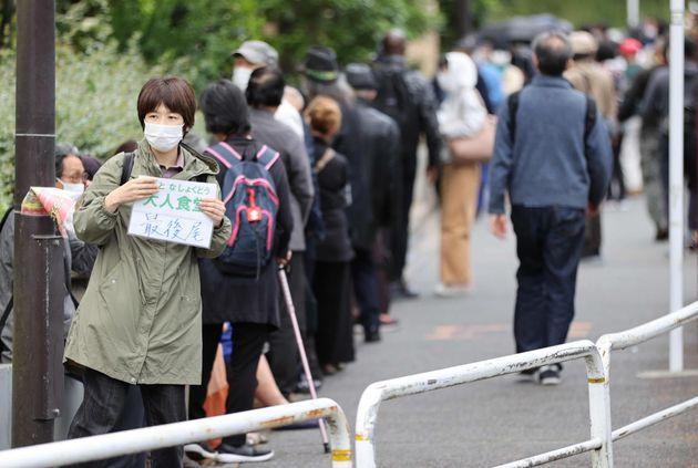 「大人食堂」に並ぶ人たち=5月3日、東京都千代田区