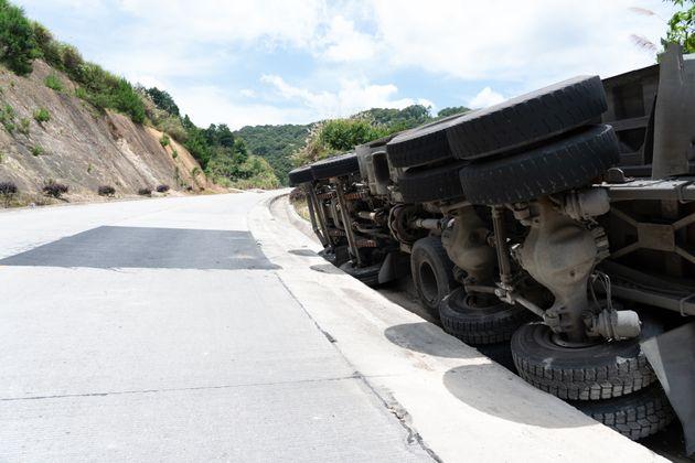 Minivan con sei operai finisce in una scarpata nell'Aretino: alcuni feriti