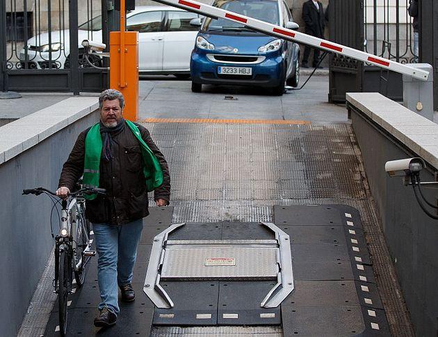 El diputado de Podemos, Juan López de Uralde, llega al Congreso en bicicleta, en una imagen de