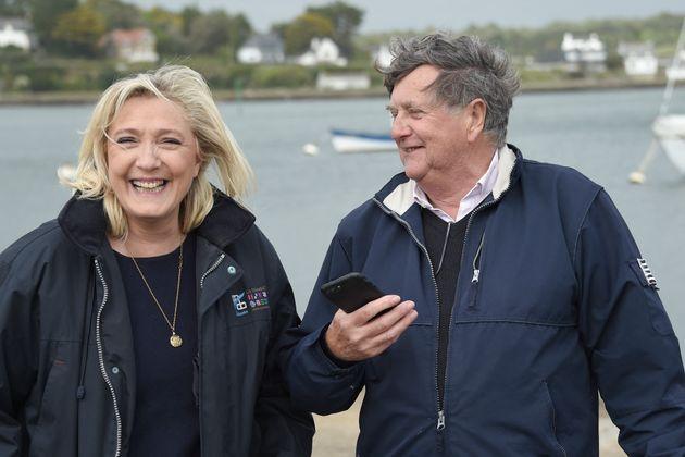La présidente du Rassemblement national Marine Le Pen en compagnie de Florent De Kersauson