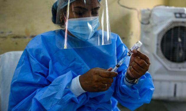 Una trabajadora prepara una inyección de la vacuna anticovid de AstraZeneca en Nueva Delhi