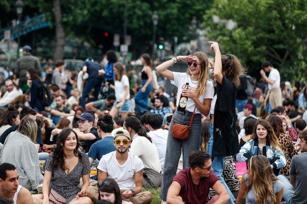 Des personnes célébrant la fête de la musique près du Canal Saint-Martin à...