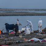 In India centinaia di cadaveri riaffiorano dal