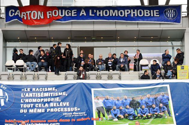 Une banderole affichée lors d'un match de football de gala contre l'homophobie et les discriminations,...