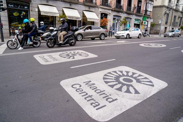 Señales en el suelo de la zona de bajas emisiones Madrid