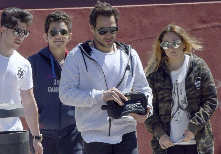 Antonio David Flores con sus hijos Rocío y David Flores Carrasco por las calles de Málaga en 2017.