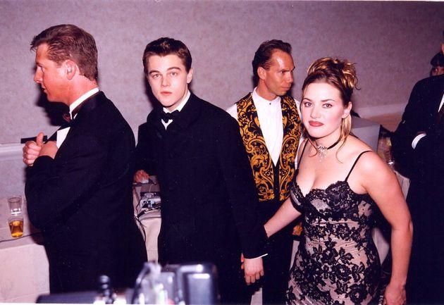 『タイタニック』当時、20代前半だったレオナルド・ディカプリオとケイト・ウィンスレット。1998年第55回ゴールデングローブ賞にて