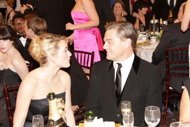 同じテーブルにつき楽しそうに話す2人。2009年第66回ゴールデングローブ賞にて