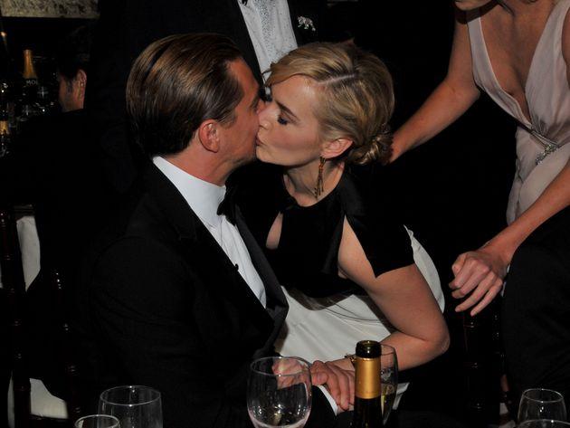 結婚式の数カ月前、ウィンスレットはゴールデングローブ賞の女優賞に輝いた。ディカプリオと頬にキスし喜びを分かち合った