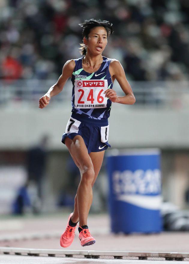 女子1万メートルで力走する新谷仁美(積水化学)=2020年12月4日、大阪・ヤンマースタジアム長居