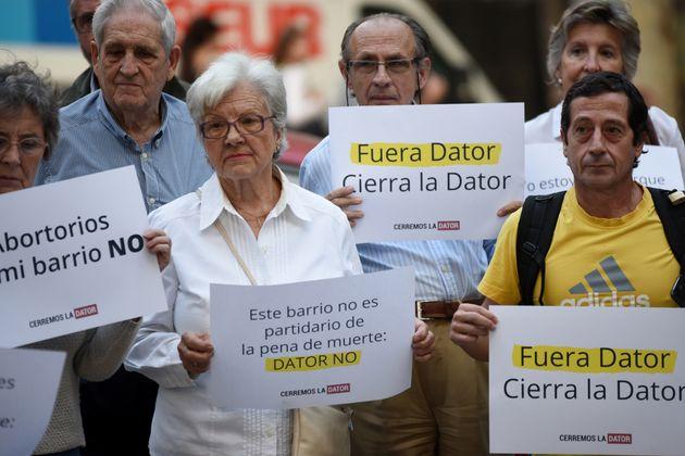 Manifestantes antiaborto protestan a las puertas de la clínica Dator en Madrid en