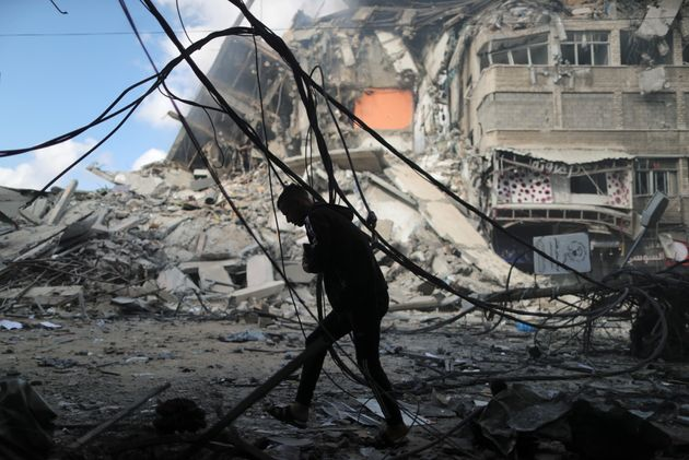 Un Palestinien cherche un abri lors d'un bombardement israélien sur Gaza, le 13 mai 2021. REUTERS/Suhaib