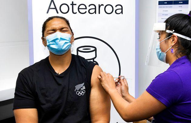 Η Νεοζηλανδή Ολυμπιονίκης της σφαιροβολίας, Βάλερι Ανταμς, κάνει την πρώτη δόση του