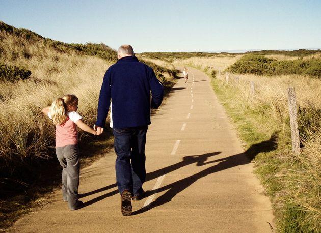La imagen de un abuelo con su