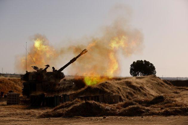 Artillería móvil de Israel, disparando en la frontera entre Gaza e Israel, este 12 de