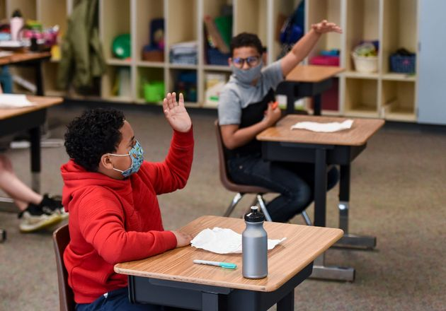 Alumnos en un colegio con mascarilla y distancia de