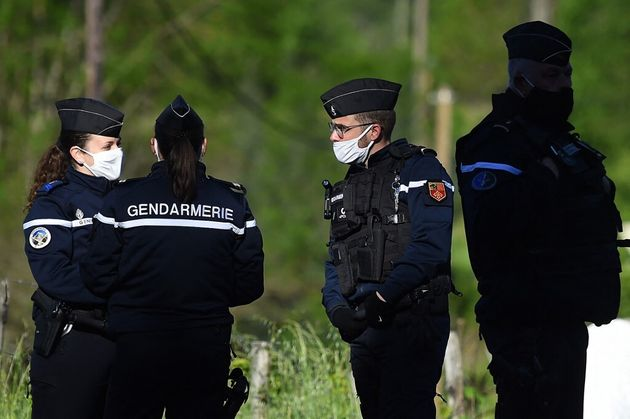 Des gendarmes traquent le suspect du double meurtre dans les Cévennes, son père l'appelle à se