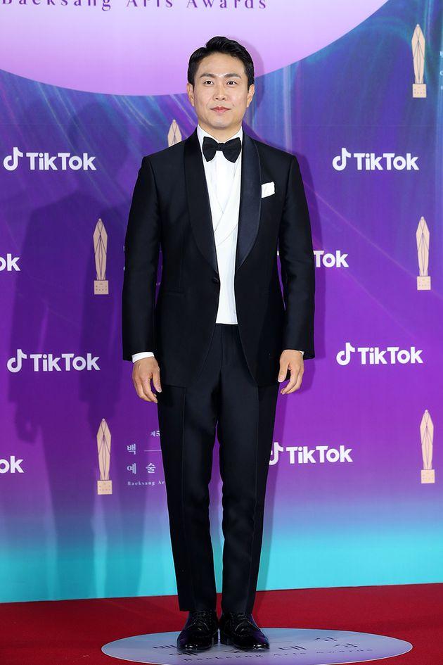 오정세가 '제57회 백상예술대상'에서 TV부문 남자 조연상을 수상하며 김수현‧서예지에게 고마움을 전했다