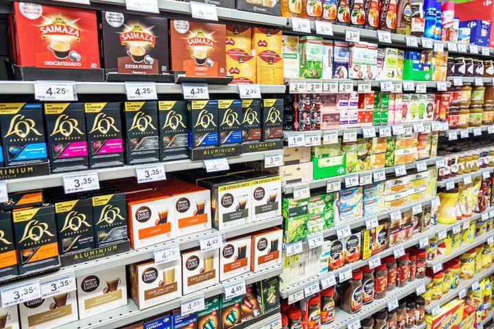 Lineal de cafés de un supermercado.