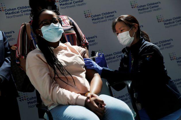 Η Σίντνεϊ Τζόρνταν, 13 ετών από το Κουίνς, λαμβάνει την πρώτη δόση του εμβολίου Pfizer-BioNTech για τον COVID-19 σε εμβολιαστικό κέντρο Παιδιατρικού Νοσοκομείου στη Νέα Υόρκη. 13 Μαϊου 2021.. REUTERS/Shannon Stapleton