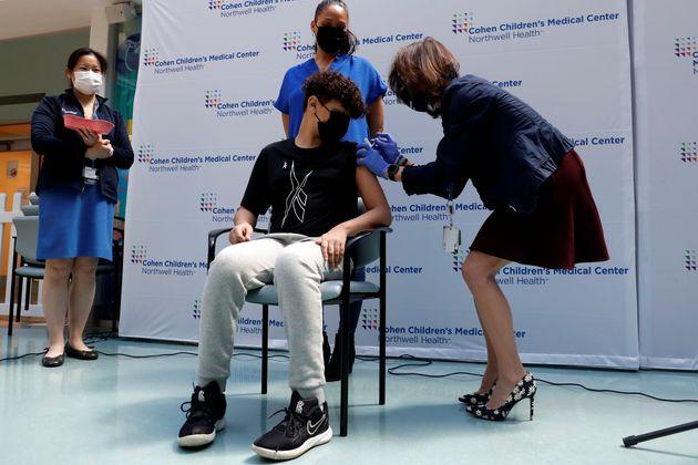 O Μάικλ Μπίνπερις, 15 ετών, λαμβάνει την πρώτη δόση του εμβολίου Pfizer-BioNTech για τον COVID-19 σε εμβολιαστικό κέντρο Παιδιατρικού Νοσοκομείου στη Νέα Υόρκη. 13 Μαϊου 2021.REUTERS/Shannon Stapleton