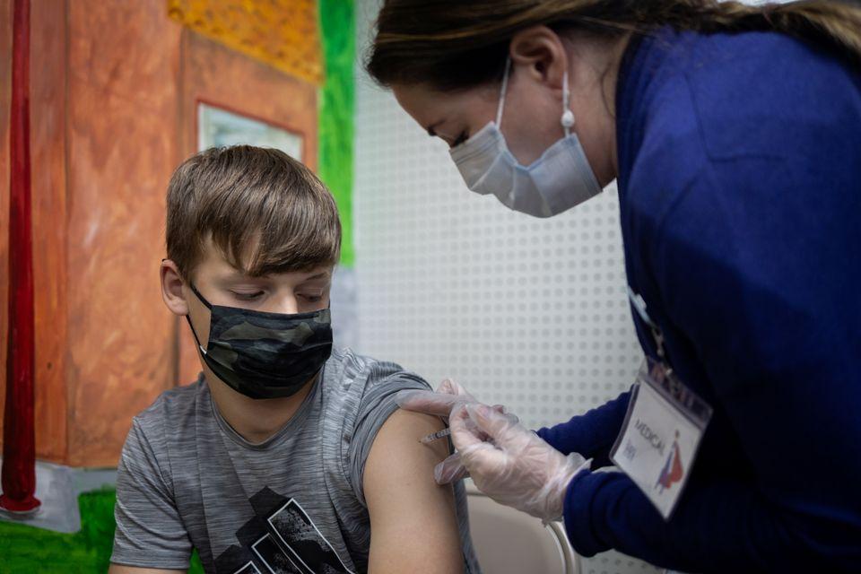 Φωτογραφίες με τα πρώτα παιδιά που λαμβάνουν εμβόλιο Pfizer-BioNTech στη Νέα