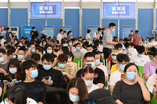 Un grupo de ciudadanos chinos espera para ser