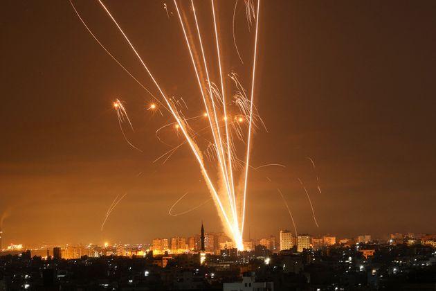 Los cohetes iluminan el cielo mientras son disparados hacia Israel desde Beit Lahia en el norte de la...