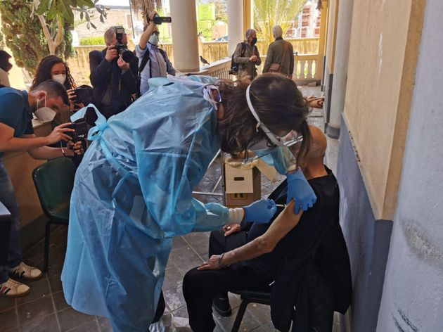 Personale sanitario vaccina uno dei circa 50 ospiti della missione Speranza e Carità di Biagio Conte,...