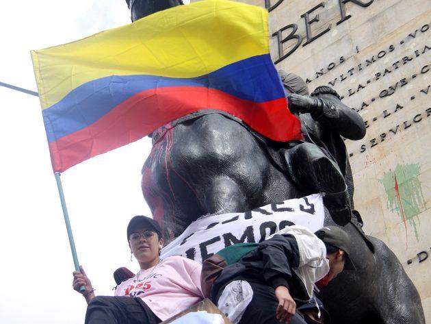 Estudiantes se concentran junto al monumento de Los Héroes en Bogotá, (Colombia) para protestar...
